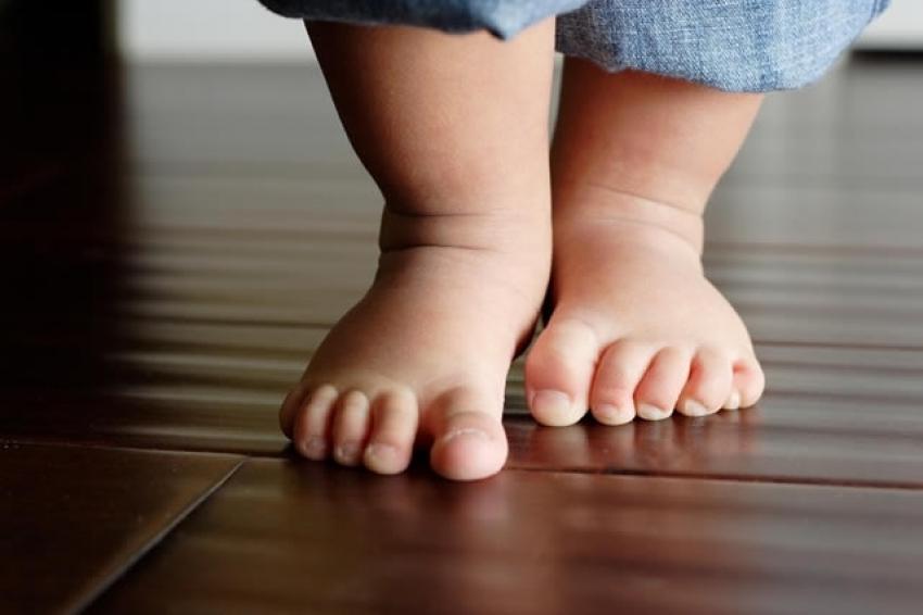 Pomozite bebi da napravi prve korake
