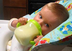 Prepoznajte alergiju na proteine kravljeg mleka kod dece