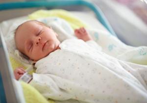Prvi pregledi u porodilištu: šta sve očekuje bebu u prvim satima nakon rođenja