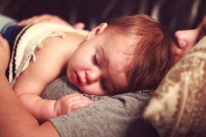 Pomozite detetu koje ima visoku temperaturu