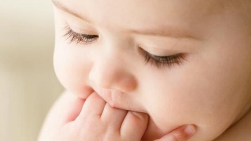 Kada krenuti sa čvrstom hranom kod dojene dece?