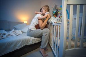 Iscrpljena mama otkriva: šta se krije iza čestog bebinog buđenja tokom noći