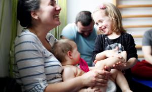 IAIM masaža za bebe povezuje, stimuliše, oslobađa i opušta