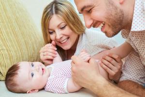 Da li je moje dete normalno? I još 4 pitanja (i odgovora) koja roditelji najčešće postavljaju na Intrenetu