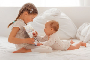 Rani razvoj: Zbog čega je važno da bebi čitate naglas bar 15 minuta dnevno?