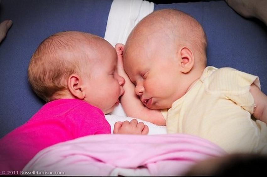 Dojenje blizanaca – neiskustvo i uticaj okoline doprineli su uvođenju dohrane