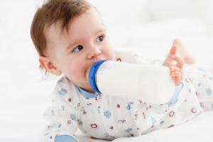 Ishrana beba: Zbog čega je adaptirana formula bolji izbor od kravljeg mleka?