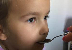 Saveti pedijatara: Kako da pravilno date lek detetu i šta ako dete povrati lek