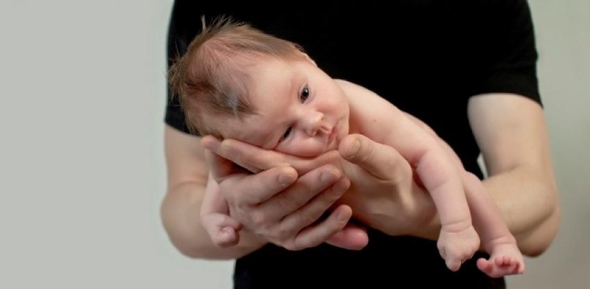 Stisnute pesnice kod beba – refleks hvatanja šake