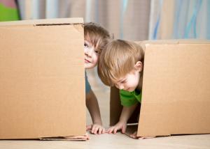 UMESTO SVIH IGRAČAKA U KUĆI, ONO BIRA OBIČNU KARTONSKU KUTIJU: Evo zašto treba da pustite dete da se igra na ovaj način!