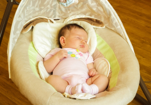 Da li je sigurno da beba spava u ljuljašci - pedijatri savetuju