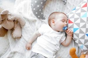 Da li beba sme da spava sa cuclom u ustima?