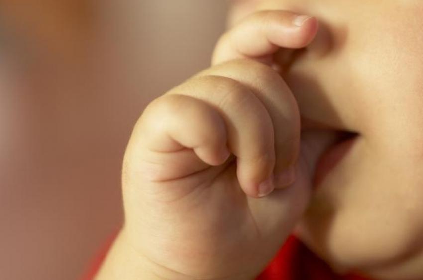 Sisanje palca i grickanje noktiju je ipak zdravo?