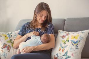 Razlike između dojenja i hranjenja bebe adaptiranom formulom - iskrena priča jedne mame