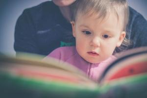 Kako i zašto čitati sa bebom od prvog dana njenog života?