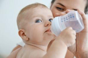 Zdravlje novorođenčeta: Kada bebi treba dati vodu?