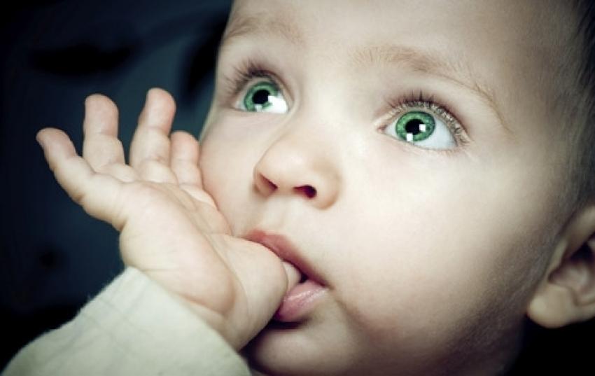 Zašto beba sisa prst i kako je odvići od toga?