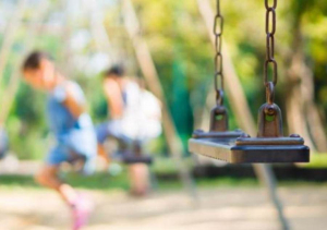 Roditelji u dilemi, da li se socijalno distanciranje odnosi i na decu?
