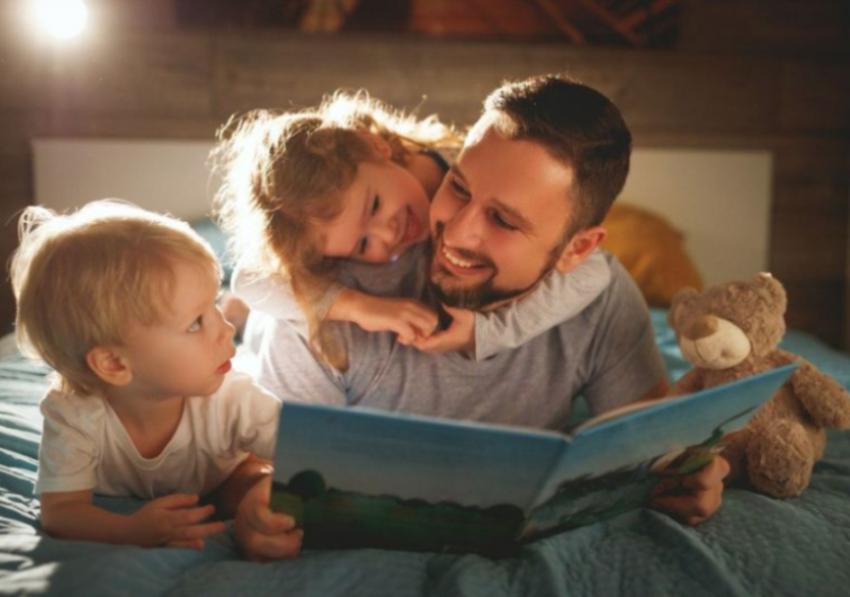 Zašto tate treba da čitaju deci priče za laku noć - pokazalo neobično istraživanje