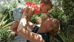 Super hrana za bebin mozak: Osmesi, dodiri, zagrljaji i poljupci