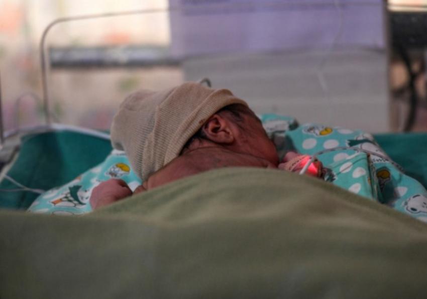 Beba rođena sa KORONA VIRUSOM: Lekari sumnjaju da se zarazila još u MATERICI