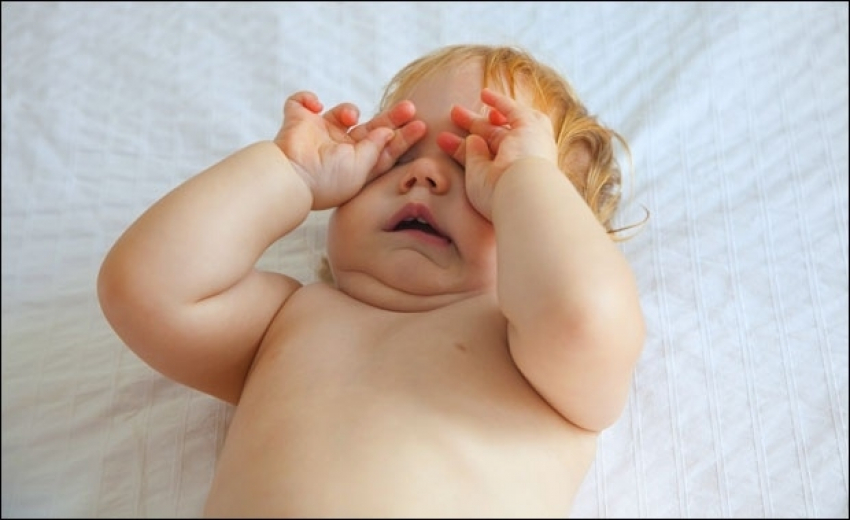 Zašto bebe trljaju oči?