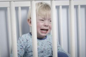 Dramatična noćna buđenja uz plač: Zašto moje dete vriskom prekida san?